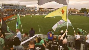 ABD'de futbol maçında YPG bayrakları sallandı