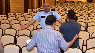 800 kişilik toplantıya 1 kişi katılınca isyan etti