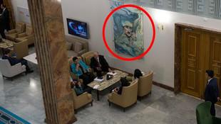 Kalpaklı Atatürk resmi Meclis duvarında