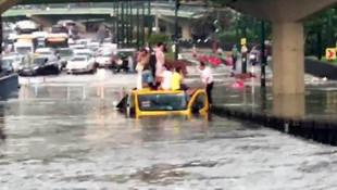 Sular altında kalan minibüsçü bir de para topladı