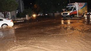 Denizlide sağanak yağış vatandaşlara zor anlar yaşattı