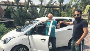 Kayıp köpeğini bulan vatandaşa otomobil hediye etti