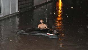 Bir saatlik yağış hayatı felç etti