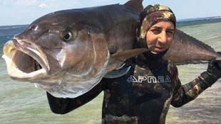 Zıpkınla 68 kilo balık avladı