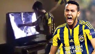 Fenerbahçe - Beşiktaş derbisinde televizyon kıran taraftar