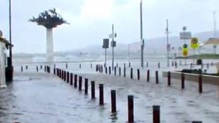 İstanbul ve İzmir'i fırtına vurdu ! Denizle kara birleşti