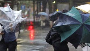 İstanbul'da fırtına etkili oluyor ! Bazı seferler iptal