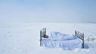 Profesör yatağını karın üzerine taşıyıp uyudu