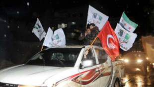 Ellerinde Türk bayrağı ve tekbirlerle geldiler