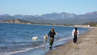 Fethiye plajlarında dedektörle altın arıyor