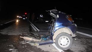 Otomobiller kafa kafaya çarpıştı, biri ikiye bölündü