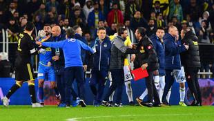 Fenerbahçe Göztepe maçı sonrası saha karıştı !