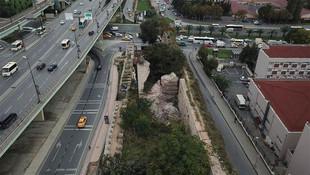 İstanbul'da tarihi sur çöktü