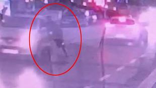 Aracın camından kafasını sokan polisi sürükledi