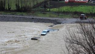 Öğrenci otobüsü sel sularına kapıldı