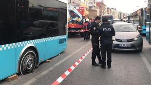İstanbul'da yol çöktü ! Otobüs mahsur kaldı