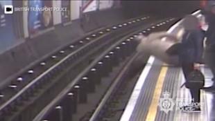 Metroda dehşet ! Yaşlı adamı raylara attı