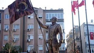 İzmir'de tartışma yaratan Atatürk heykeli