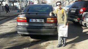 Otomobilin plakasını görev fotoğraf çektiriyor