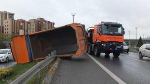 Kadıköy'de hafriyat kamyonu devrildi