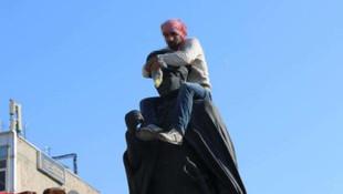 Atatürk heykeline çıktı, linçten polis kurtardı