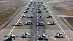 35 savaş uçağıyla gövde gösterisi !