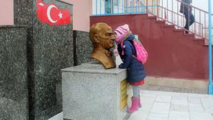 Atatürk'ün büstünü öpmeden derse girmiyor