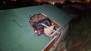 Eve çatıdan araç girdi, neye uğradığını şaşırdı !