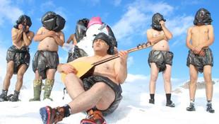 Eksi 3 derece soğukta kar banyosu yaptı