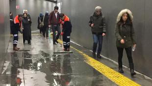 Metrobüs yaya geçidini su bastı