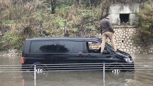 Florya'da yollar göle döndü, araçlar yolda kaldı