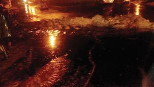 Petrol boru hattının üzerine yıldırım düştü