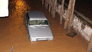 Bitlis'i sel vurdu ! Evler sular altında...