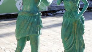 Antalya'daki heykellere zarar verdiler