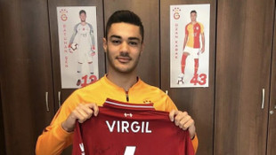 Virgil van Dijk, Galatasaraylı Ozan Kabak'a formasını hediye etti