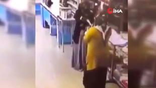 Marketteki boks eldivenli kadınların görüntüsü şaşırttı
