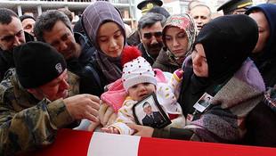 Şehidin 6 aylık kızı babasına böyle dokundu