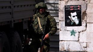 Rus askerleri Esad posteri önünde poz verdi