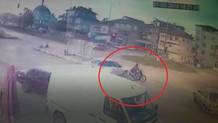Kamyon motosikletli kıza böyle çarptı