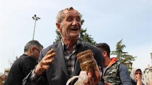 Yaşlı amca Mesir macunu kazanına düştü !