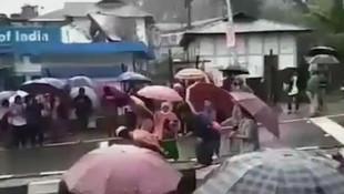 Kadınlar, tecavüzcüleri sokak ortasında çırılçıplak gezdirdiler
