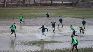 Çamur tarlasında futbol oynamaya çalıştılar !