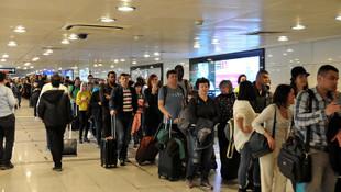 Atatürk Havalimanı'nda yüzlerce metrelik kuyruk