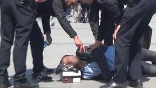 Taksim'de kendini yerden yere attı