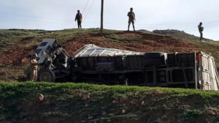 Kamyon devrildi: 2 ölü, 101 yaralı