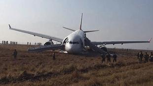 Yolcu uçağı pistten çıktı !