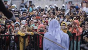 Zina yapan kadına sokak ortasında kırbaç cezası
