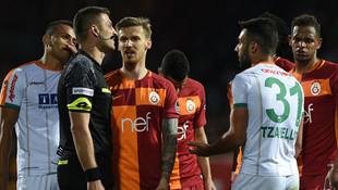 Galatasaray'da şok ! Derbide cezalı...