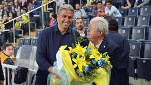 Hamza Hamzaoğlu'na Kadıköy'de çiçekli karşılama