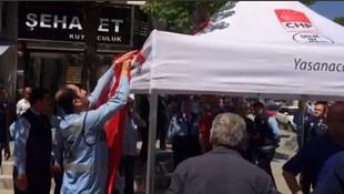 AK Partili belediye CHP'nin seçim çadırına müdahale etti